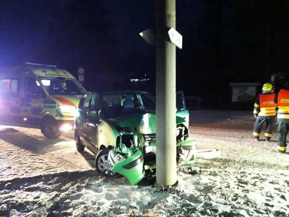 Nehoda na zasněžené silnici. Ilustrační foto.