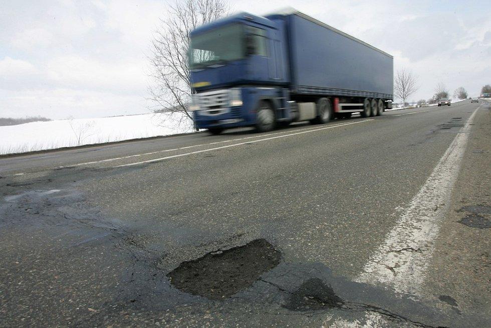 Silnice I/12 (českobrodská) připomíná v některých místech spíše tankodrom.