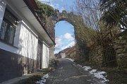 Brána u hradu Pirkštejn - reálný pohled