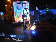 Muž spadl na vozovku, přejela ho tři auta