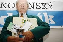 Pracovně zaneprázdněnou Vlastu Holíkovou, která získala dárkový šek v hodnotě 200 korun do pizzeria Týna, volnou vstupenku na cvičení SlimBelly, karton piv značky Rohozec a pohár od firmy Sportforte, zastoupil tchán Vítězslav Holík.