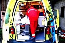 Převoz do nemocnice  v Praze si příliš neužívala pacientka z Kolína. Během převozu došlo k nepřijemnému karambolu.