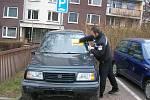 Autovrak bez registračních značek v ulici Za Baštou, který zde podle místních stojí už zhruba tři měsíce