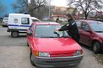 Autovrak na tzv. parkovišti U Kotvy v Dělnické ulici