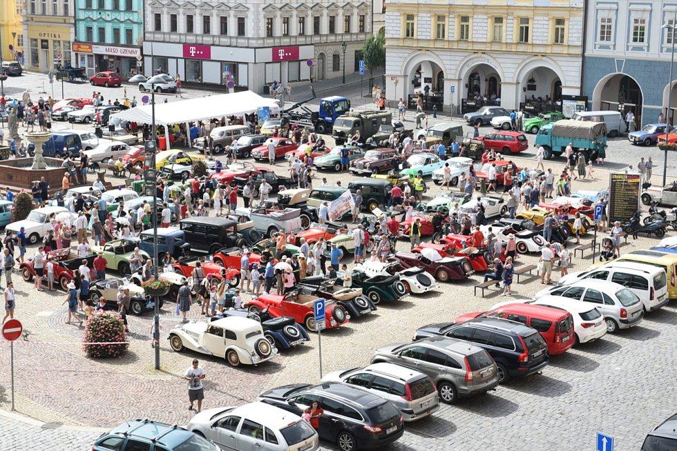 Kolínské centrum zdobily historické automobily a motocykly.