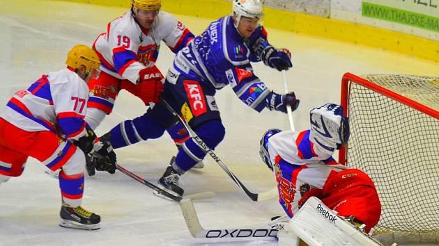 Hokejisté Kolína (v modrém) tahali v derby za kratší konec provazu.