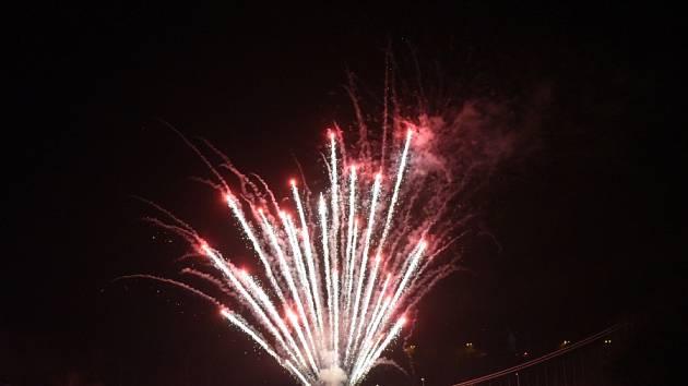Už po několikáté v podvečerní Nový rok, a ne o silvestrovské půlnoci, se uskutečnil v Kolíně oficiální ohňostroj.