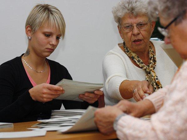 Vysypávání urny a počítání hlasů vokrsku č. 27a 28ve Štítarech vKolíně.