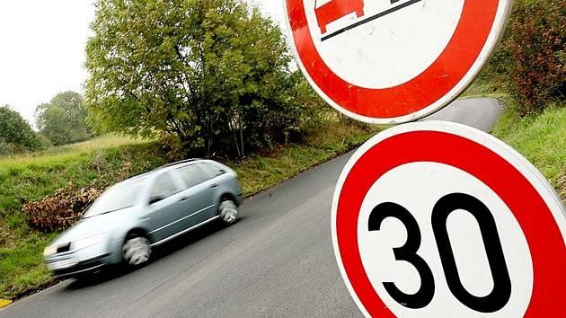 Šoféry směřující od Vrbčan do Kouřimi čeká nemilé překvapení. Přibližně čtyřkilometrový úsek silnice mezi Klášterní Skalicí a Kouřimí je  od minulého týdne uzavřen z důvodu  opravy vozovky.