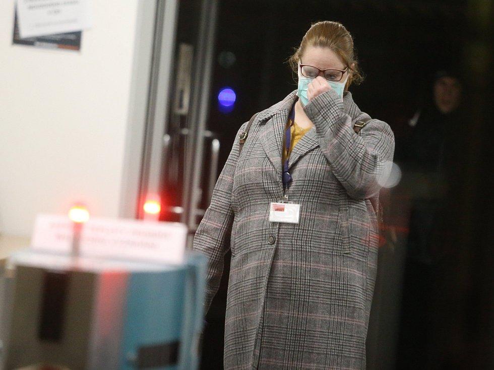 Odchod poslední směny z automobilky TPCA před půlnocí ve středu 18. března 2020. Továrna přerušila výrobu kvůli epidemii koronaviru.