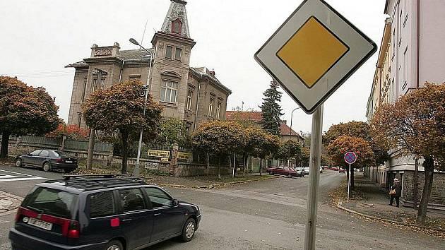 Na křižovatce ulic Heverova a Komenského se změnila přednost v jízdě.