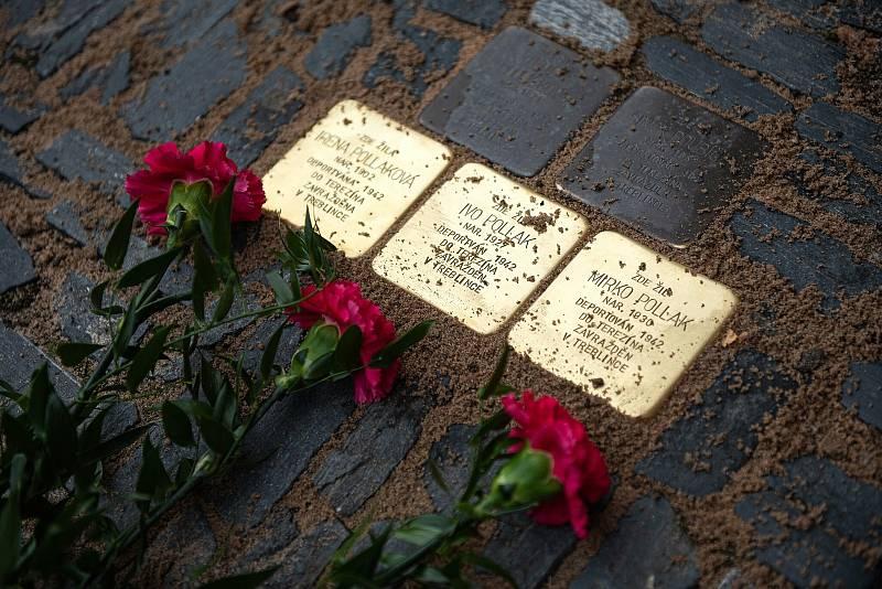 Na Karlově náměstí před č. p. 88 přibyly další Stolpersteiny.