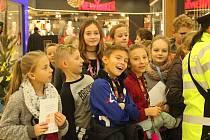 Děti ze 3. základní školy z Kolína společně procházely obchodní centrum Futurum a dohlížely na bezpečnost a prevenci při předvánočních krádežích.