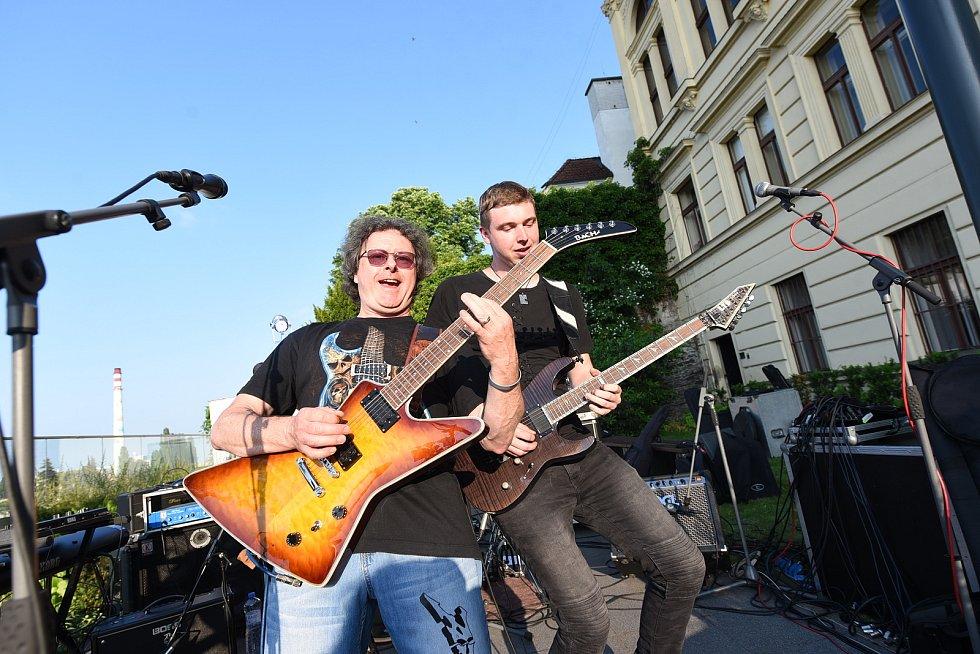 Z rockového koncertu na terasách za Městským společenským domem v Kolíně. Na snímku kapela Argos.