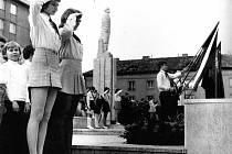 Šátkování pionýrů u sochy Lenina v Kolíně, rok 1977