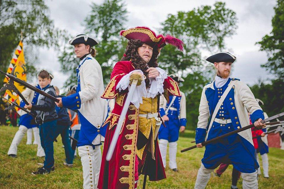 Miroslav Horáček (uprostřed) v kostýmu hraběte Šporka, v němž bude k vidění i na Kmochově ostrově v Kolíně na historických slavnostech v sobotu 12. srpna.
