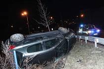 Opilý řidič nezvládl na silnici vedoucí k tesku řízení a skončil za svodidly na okraji náspu nad parkovištěm.
