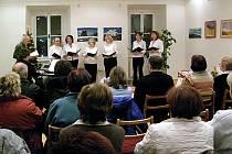 Páteční podvečer zpříjemnil v Kostelci nad Černými lesy několika desítkám  posluchačů Ženský komorní sbor vedený Annou Hubovou.