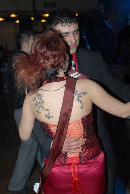 Ples ozvláštnila ohňová show