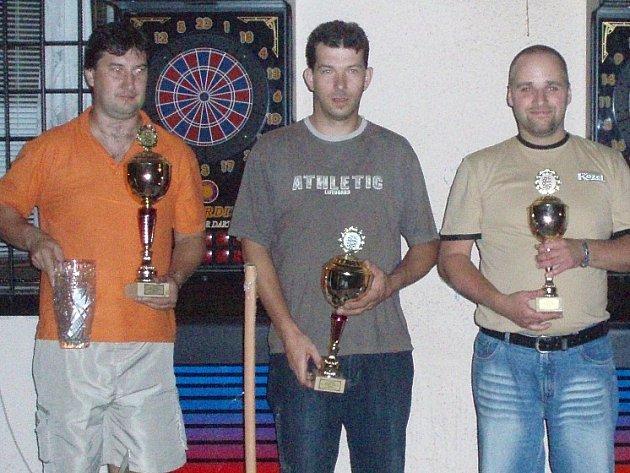 Nejlepší tři šipkaři červenopečeckého klání. Robert Kuric (zleva), Daniel Záruba a  Radek Šťastný.