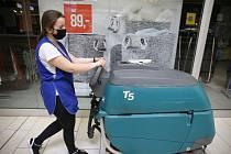 Žena z úklidové firmy nosí roušku během sobotní práce v kolínském Obchodním centru Futurum.