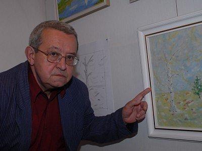 Vladimír Havlíček ukazuje jednu ze svých olejomaleb visící v kolínském Regionálním muzeu.