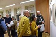 Už tradiční cyklus humoristických výstav vkolínské Městské knihově nazvaný Zvesela do nového roku pokračoval první lednové pondělí letošního roku netradiční expozicí výtvarníka Emanuela Holého nazvanou lakonicky Přísloví.