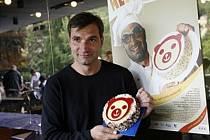 Jiří Macháček napodobuje filmový plakát k filmu Medvídek, v němž velkou roli hrají dorty.