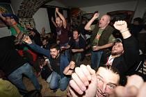 Na legendární písničku Hoří předvedli fanoušci i v kolínském baru klasickou choreografii.