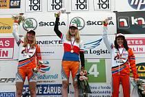 Kolínské kadetky jasně ovládly mistrovský závod. Zleva druhá Elena Vaníčková, vítězná Jana Czeczinkarová a třetí Daniela Březinová.
