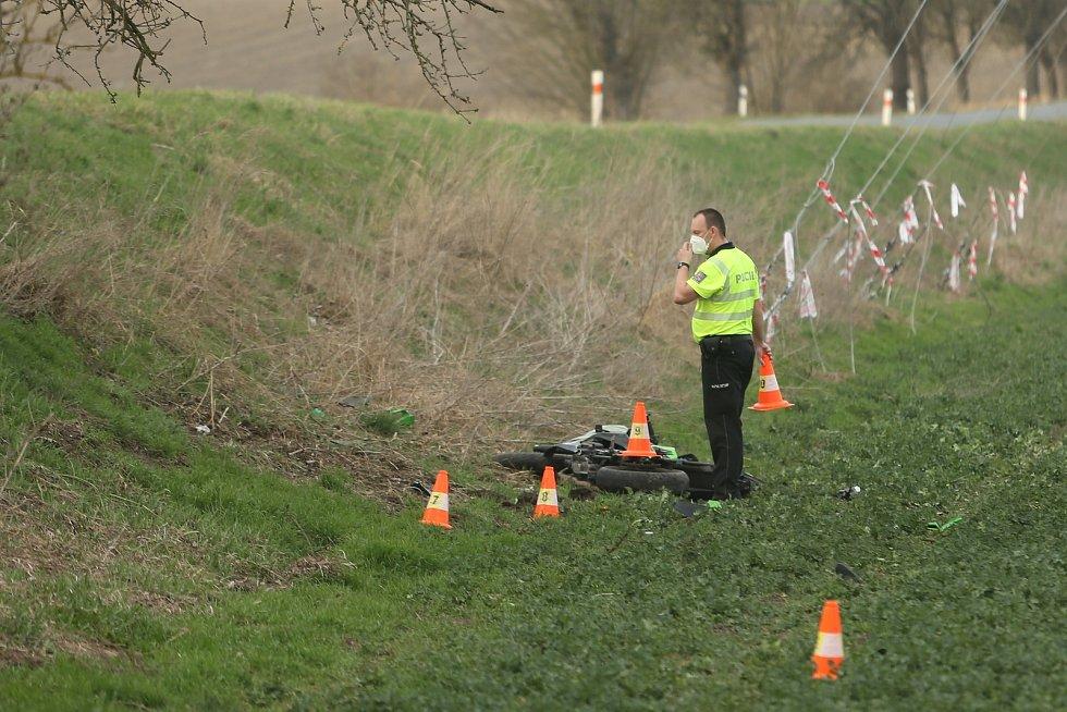 K dopravní nehodě motocyklisty došlo u obce Krakovany na Kolínsku ve čtvrtek 1. dubna 2021 okolo 18. hodiny.