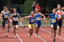 Štafetový běh na 4x60 m žáků na Setkání vítězů poháru rozhlasu v Houštce.