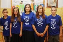 ŽÁCI 7. TŘÍDY z 5. základní školy v Kolíně považují jazykovou bariéru za poslední evropskou hranici. Na fotografii zleva: Filip, Nela, Martina, Natálie, David.