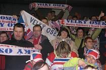 Členové velkooseckého Fan clubu na rychlobruslařském stadionu v Heerenveenu.