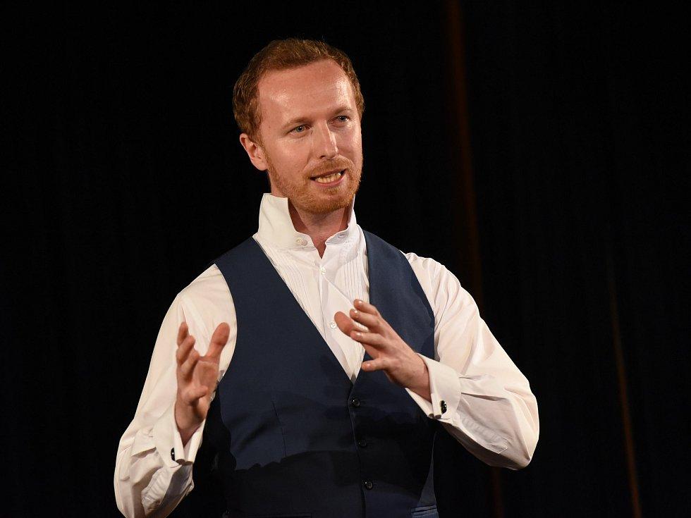 Jakub Kroulík předváděl poprvé v kolínském společenském domě, co dokáže hypnóza.