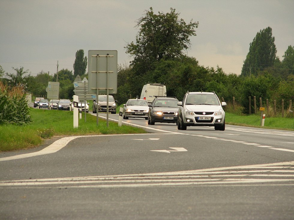 Silnice je v úseku, který se brzy částečně uzavře, velmi frekventovaná.