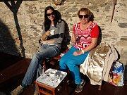 Strávit slunečný den mohli návštěvníci Řepánkového dne v zahradě Pod Věží s výhledem na kolínský chrám sv. Bartoloměje nad kávou a řepánky.