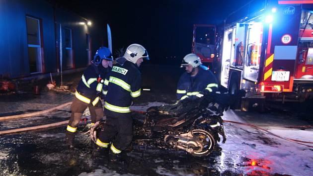 Požár dílny a prodejny motocyklů ve Vítězově.
