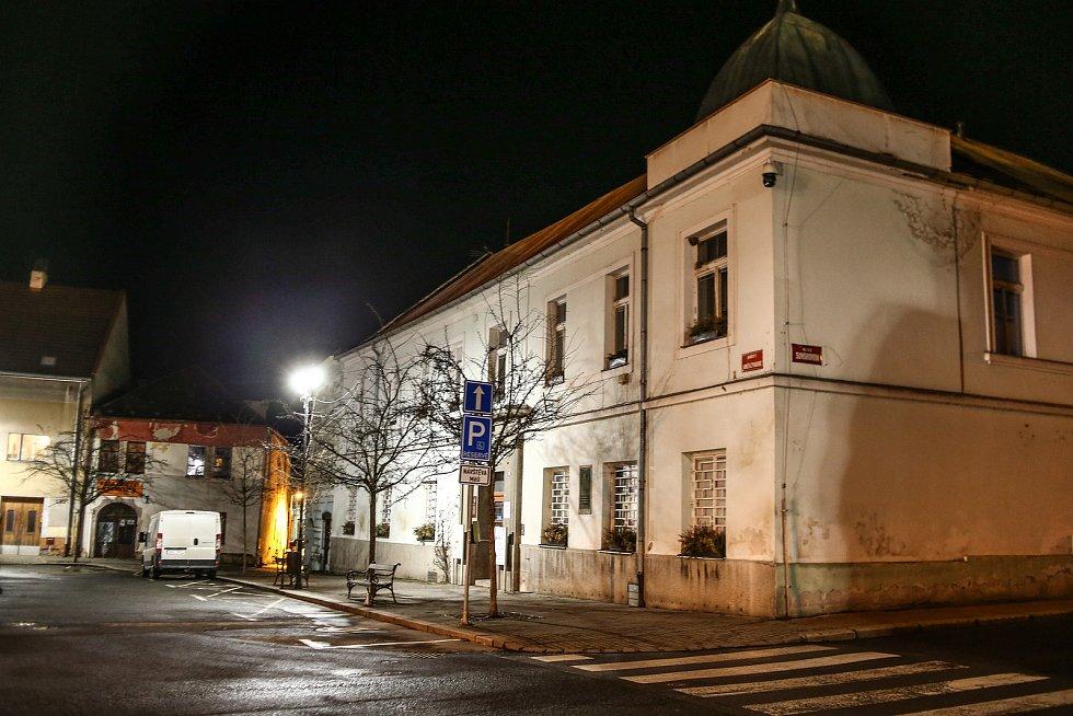 Večer v Českém Brodě v pátek 19. března 2021.