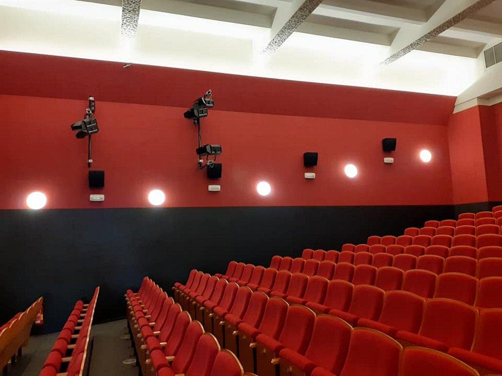 Práce na digitalizaci kina v Kulturním domě Svět v Českém Brodě.