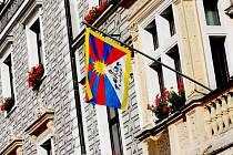 Tibetská vlajka na budově kolínské radnice