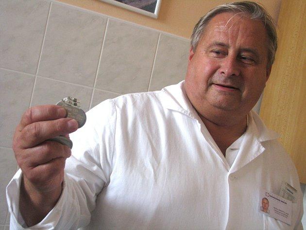 Kardiolog kolínské nemocnice Josef Kroupa s přístrojkem, který dokáže zachránit život.