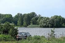 Autem až k vodě. Majitelé pozemků, přes které jezdí, z toho samozřejmě leckdy nejsou zrovna nadšení.