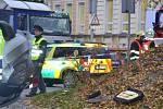 Auto se pod nárazu do svodidel převrátilo na střechu