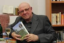 Spisovatel Otomar Dvořák se svou knihou Srdce v kleci.