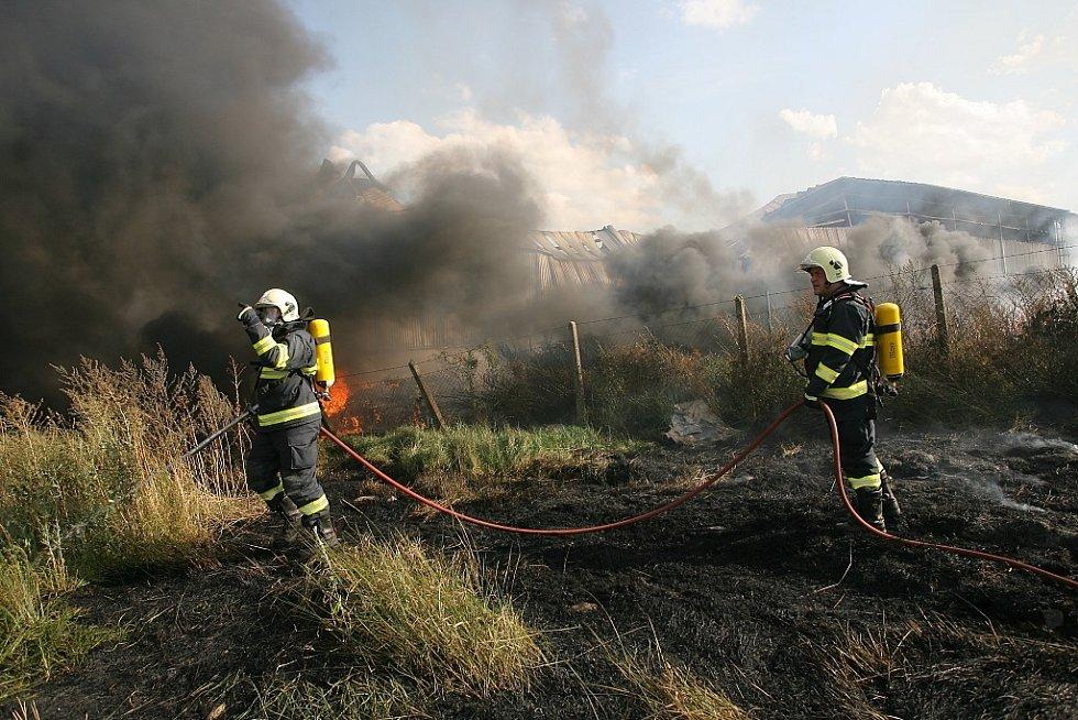 Požár sila na okraji Kouřimi. Černý dým byl vidět několik kilometrů daleko od požáru.
