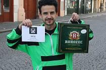 Vladimír Hladík z Bělušic získal za vítězství karton piv značky Rohozec a poukaz v hodnotě 100,-Kč do kolínské kavárny Kristián. Pracovně zaneprázdněného otce zastoupil syn Tomáš.