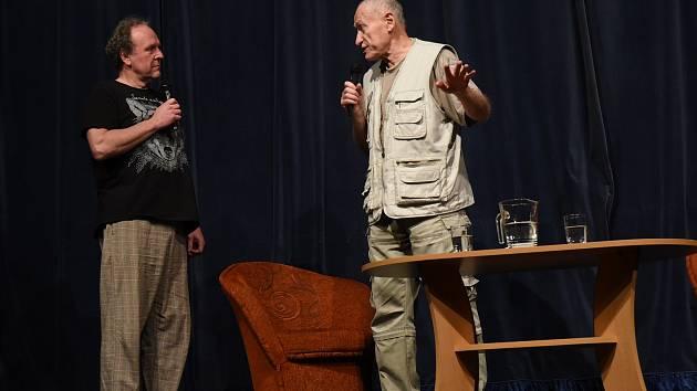 Z pořadu Jaroslava Duška a Mnislava 'Atapany' Zeleného o spolužití s amazonskými indiány v Městském společenském domě v Kolíně.