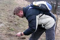 Vladimír Gladkov kontroluje kontaminaci půdy naftou vyteklou při dopravní nehodě nedaleko Vrbčan.