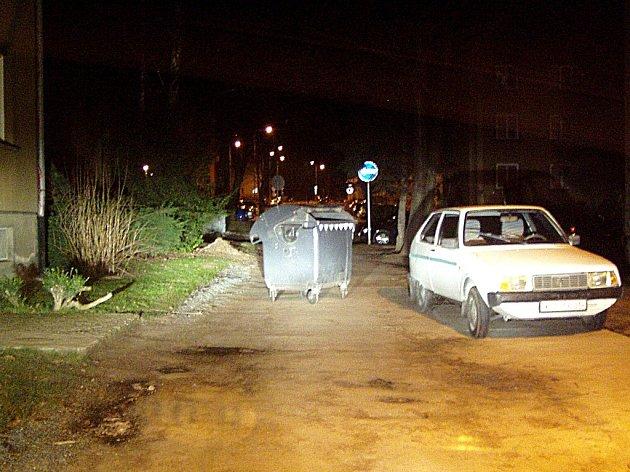 Skupinka nevybouřených teenagerů se vyřádila i s kontejnerem na odpad.